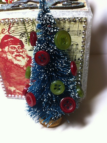 Holiday Crafts Made From Buttons http://buttonsgaloreandmore.net/make-styrofoam-christmas-craft-idea/