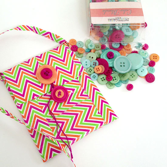 Make a Duck Tape cell phone purse with buttons galore and more buttons