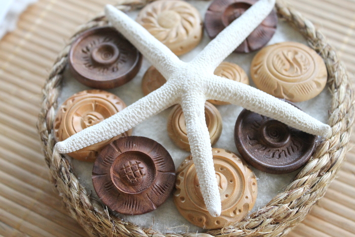 Beach Theme Button Decor Craft -- perfect nautical themed art with buttons and starfish.  Add this one to your summer decor with a super simple tutorial.